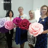 Ideja kāzu fotosesijai - krāsainas papīra rozes