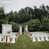 Kāzu ceremonija ābeļdārzā | Villa Santa Hotel