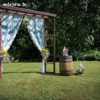 Ceremonijas arka no seniem logu rāmjiem